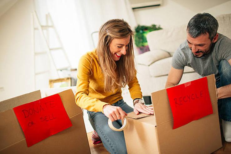 beneficios de usar una Inmobiliaria en Gandia - Agente mostrando casa a propietarios